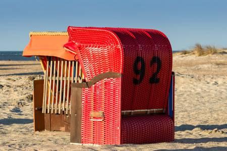 Ferienwohnungen in Norddeich: jede Wohnung mit eigenem Strandkorb am Meer / s. Impressum